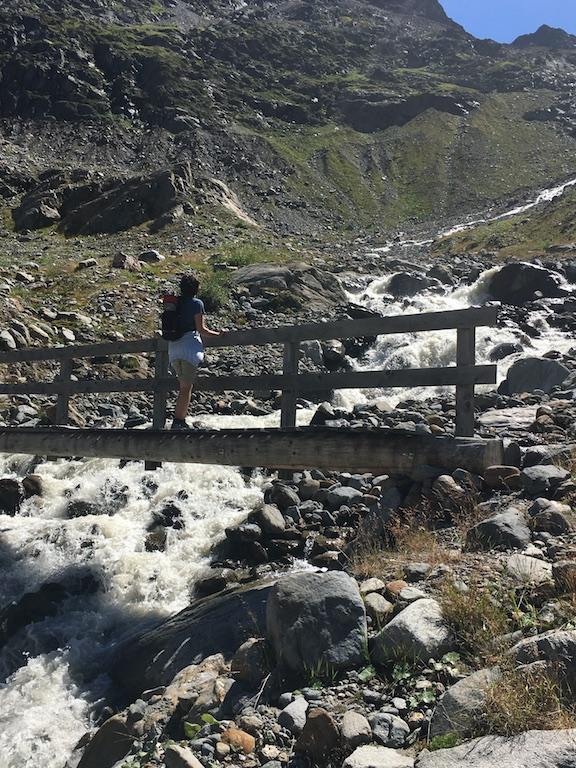 Brücke über den Fluss zum Gletscher